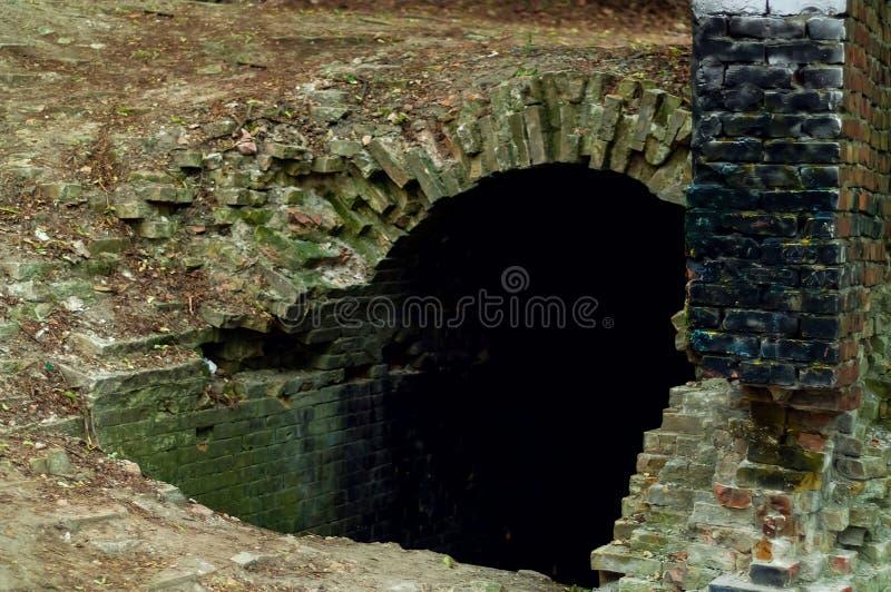 Текстура старой крепости, вход к подземелью, естественный свет кирпича, космос экземпляра стоковые изображения