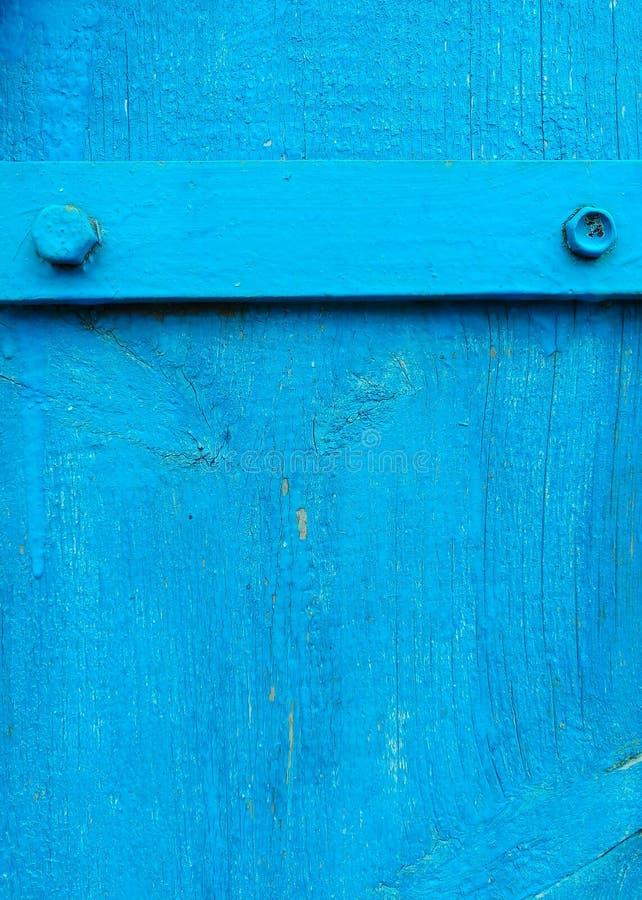 текстура старой покрашенной затрапезной деревенской деревянной загородки сделанной планок, с ржавыми рук-выкованными ногтями, утю стоковые изображения
