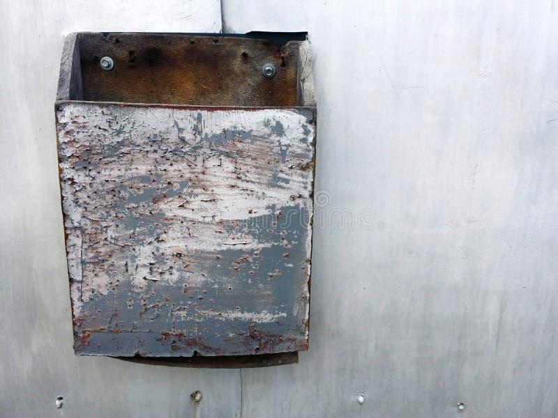 Текстура Grunge серой загородки металла с грязной коробкой письма стоковое изображение rf
