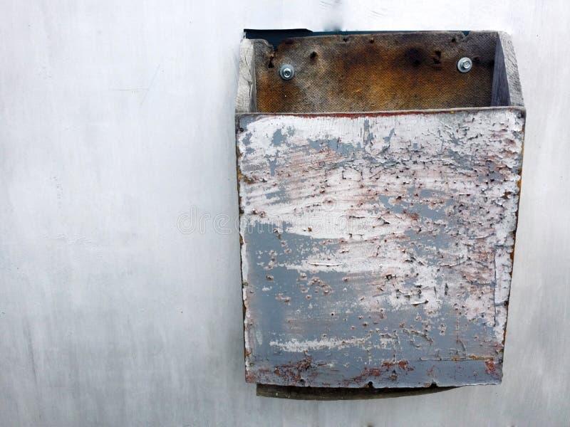 Текстура Grunge серой загородки металла с грязной коробкой письма стоковая фотография rf
