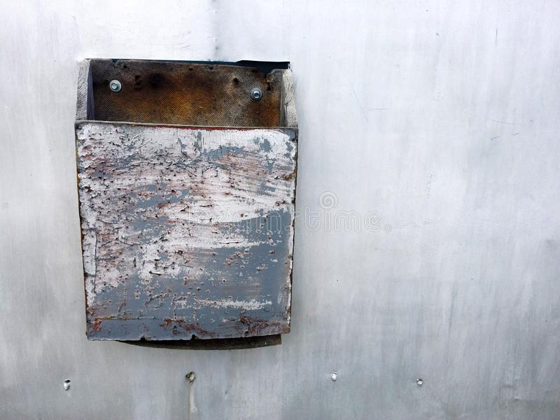 текстура grunge серой загородки металла с грязной коробкой письма стоковые фото