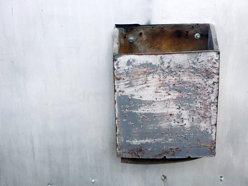 Текстура Grunge серой загородки металла с грязной коробкой письма стоковое фото