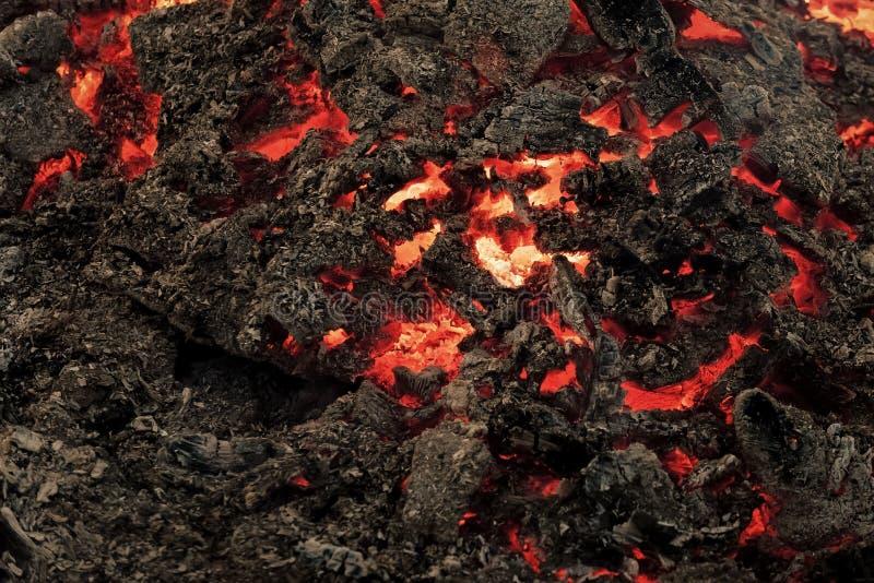 Текстурированная магмой поверхность расплавленной породы Пламя лавы на предпосылке черной золы стоковые изображения rf
