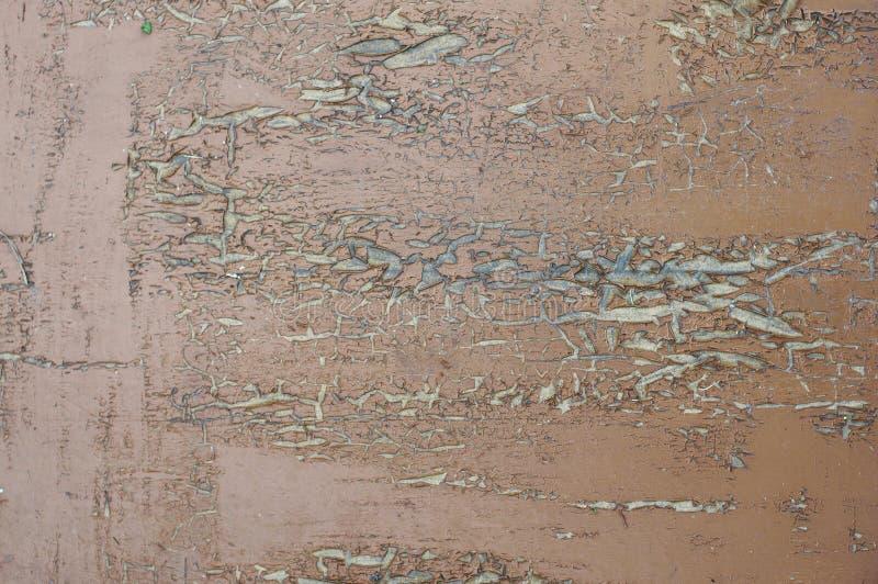 Текстурированная предпосылка старых доск предусматриванных с красной темнотой треснутой от краски старости стоковые фото