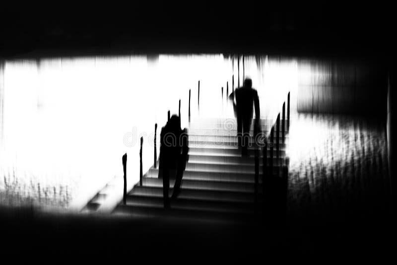 Текстурированное черно-белое изображение людей в идти нерезкости движения стоковое фото rf
