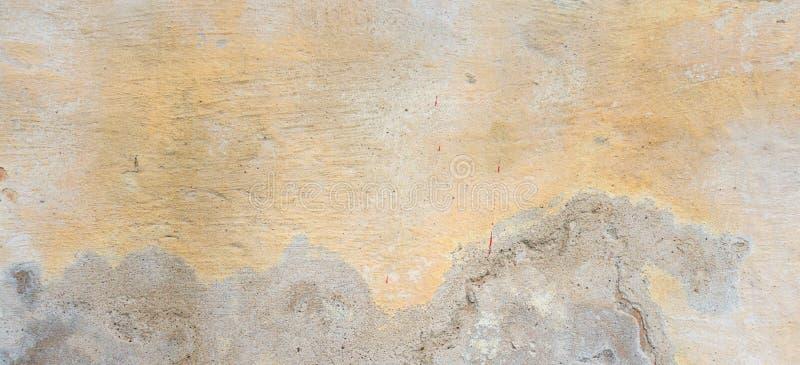 текстурированное grunge предпосылки Старая заштукатуренная стена с разнослоистым треснутым покрытием Текстура Grunge с глубокой к стоковое фото