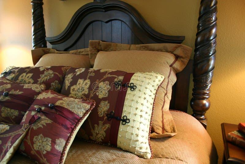 текстурированные подушки кровати стоковые изображения rf