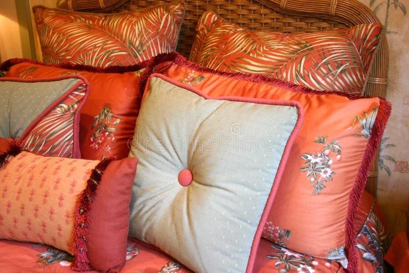 текстурированные подушки кровати стоковая фотография rf