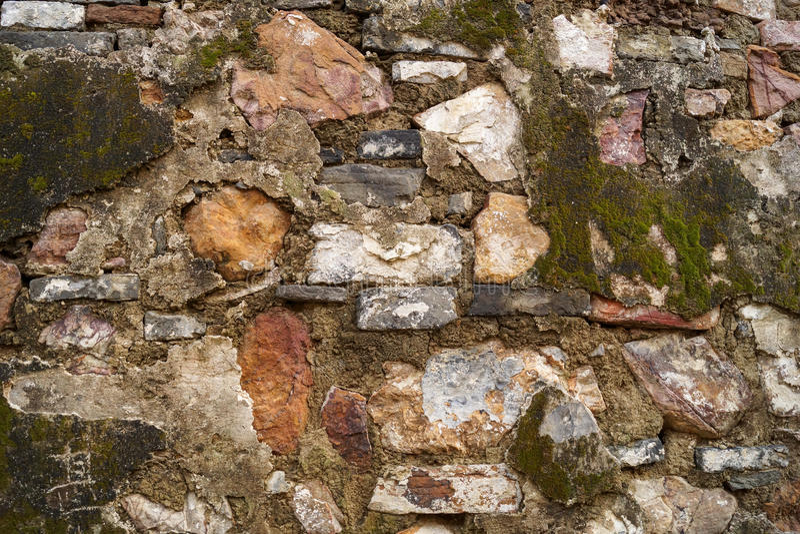 Текстурированные старые кирпич и каменная стена с мхом стоковые фотографии rf
