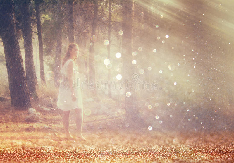 Текстурировано и тонизировано сюрреалистическое фото молодой женщины стоя в изображении леса Мечтательная концепция стоковые изображения rf