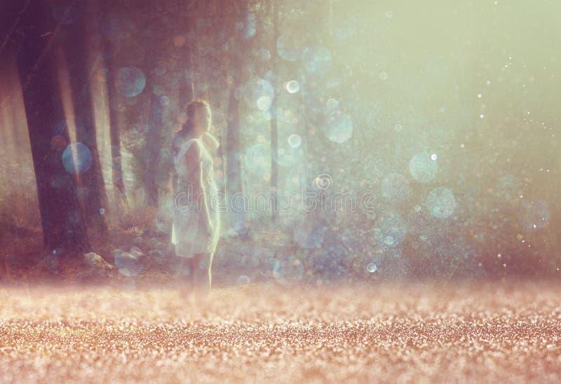 Текстурировано и тонизировано сюрреалистическое фото молодой женщины стоя в изображении леса Мечтательная концепция стоковое фото