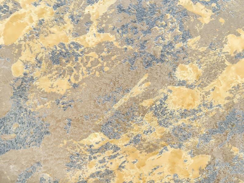 Текстурируйте декоративный желтый гипсолит имитируя старую стену шелушения стоковое изображение rf