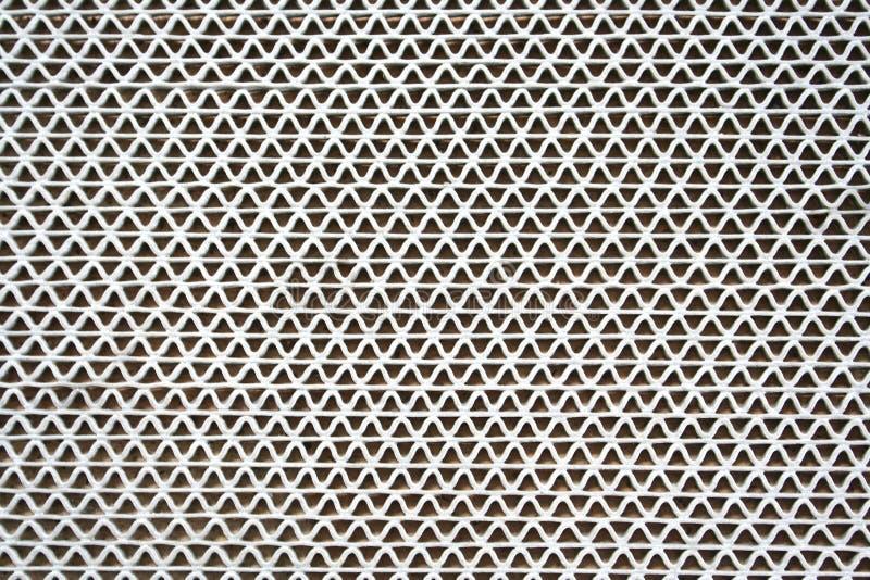 Текстурируйте пластиковый ковер в предпосылке картины формы пульсации, белых и черных стоковое изображение