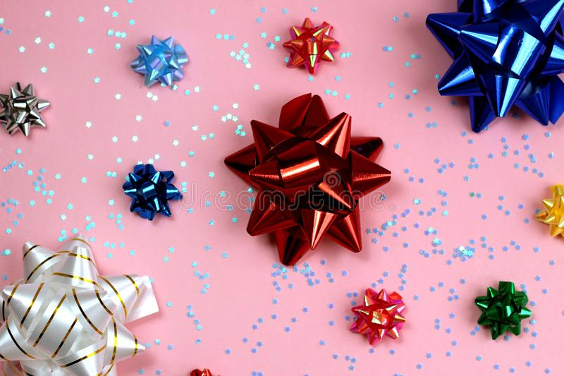 Текстурируйте праздничные упаковывая смычки различных размеров и цветов иллюстрация вектора