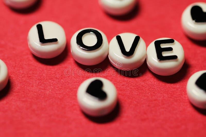 Текст влюбленности на красном цвете стоковые изображения