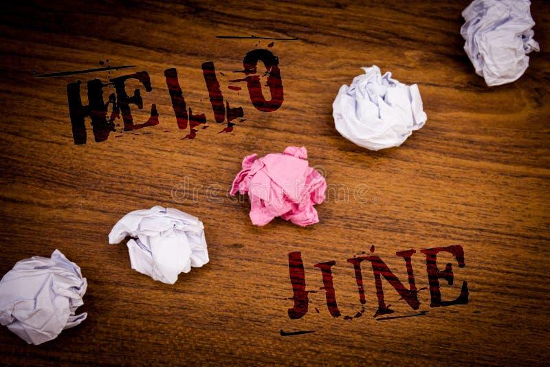 Текст здравствуйте! июнь почерка Смысл концепции начиная новое сообщение май месяца над предпосылкой слов startingIdeas лета дере стоковые фото