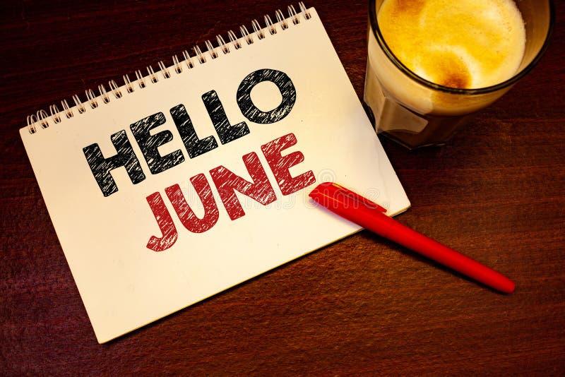 Текст здравствуйте! июнь сочинительства слова Концепция дела для начинать новое сообщение май месяца над красным цветом черноты с стоковые фотографии rf