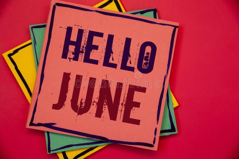 Текст здравствуйте! июнь сочинительства слова Концепция дела для начинать новое сообщение май месяца над бумагами startingPink ле стоковые изображения