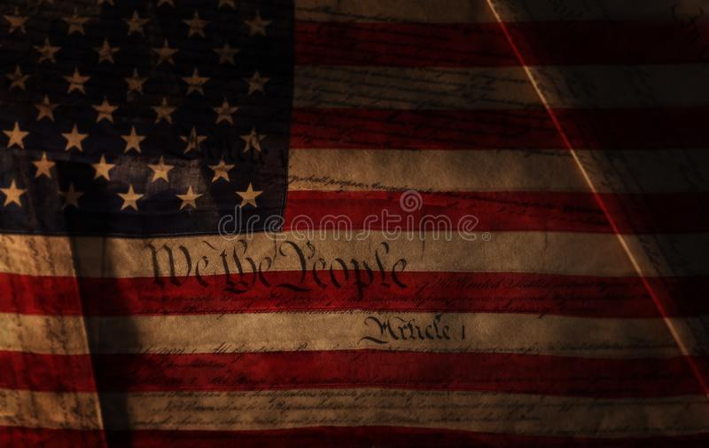 Текст конституции США над флагом США стоковые фотографии rf
