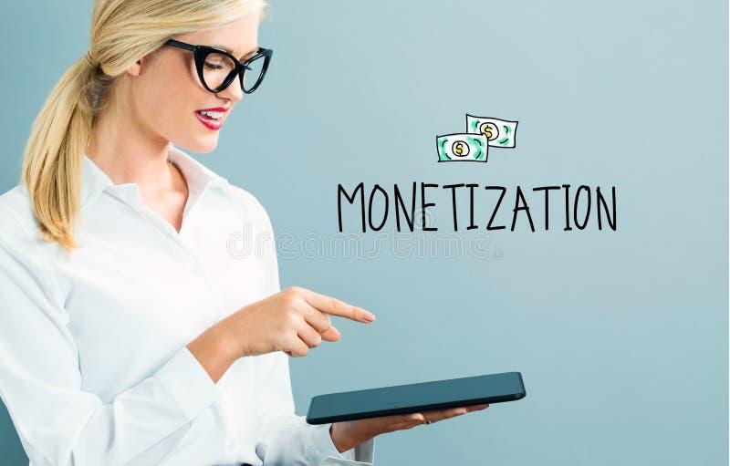Текст монетизации с бизнес-леди стоковое фото