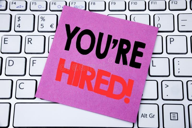 Текст объявления почерка показывая вас нанят Концепция дела для нанимая работника работника написанного на липкой бумаге примечан стоковое изображение