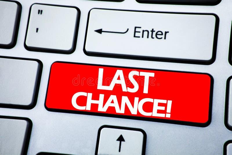 Текст объявления почерка показывая последний шанс Концепция дела для законцовки времени крайнего срока написанной на красном ключ стоковые фотографии rf