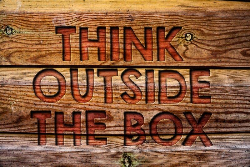 Текст почерка думает вне коробки Смысл концепции думая нового и творческого решения водит к предпосылке v успеха деревянной стоковое фото rf