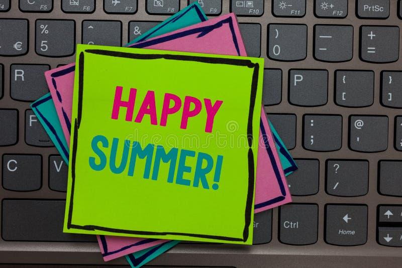 Текст почерка писать счастливое лето Смысл концепции приставает ключ к берегу напоминаний бумаг солнцеворота сезона релаксации со стоковые изображения rf