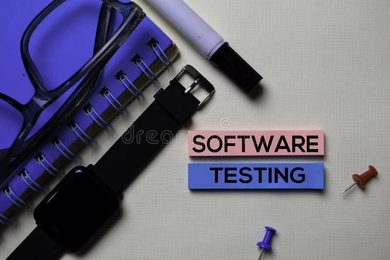 Текст программного обеспечения испытывая на липких примечаниях изолированных на столе офиса стоковое фото rf