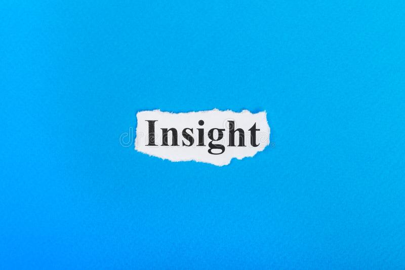 Текст проницательности на бумаге Проницательность слова на сорванной бумаге текст остальных изображения figurine принципиальной с стоковая фотография
