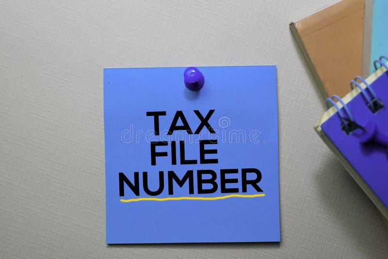 Текст регистрационного номера налоговой документации на липких примечаниях изолированных на столе офиса стоковая фотография rf