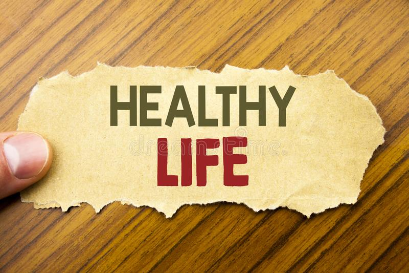 Текст сочинительства показывая здоровую жизнь Концепция дела для хорошей здоровой еды написанной на бумаге примечания на деревянн стоковые изображения rf