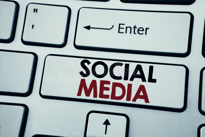 Текст сочинительства показывая социальные средства массовой информации Концепция дела для средств массовой информации общины соци стоковое фото