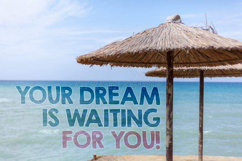 Текст сочинительства слова ваша мечта ждет вас Концепция дела для плана сильного желания цели намерения цели wat пляжа объективно стоковое изображение rf