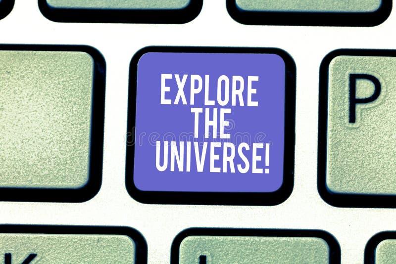 Текст сочинительства слова исследует вселенную Концепция дела для Discover космос и время и их клавиша на клавиатуре содержания стоковое фото rf