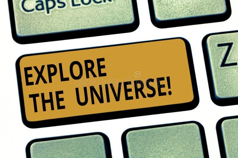 Текст сочинительства слова исследует вселенную Концепция дела для Discover космос и время и их клавиша на клавиатуре содержания стоковые изображения rf