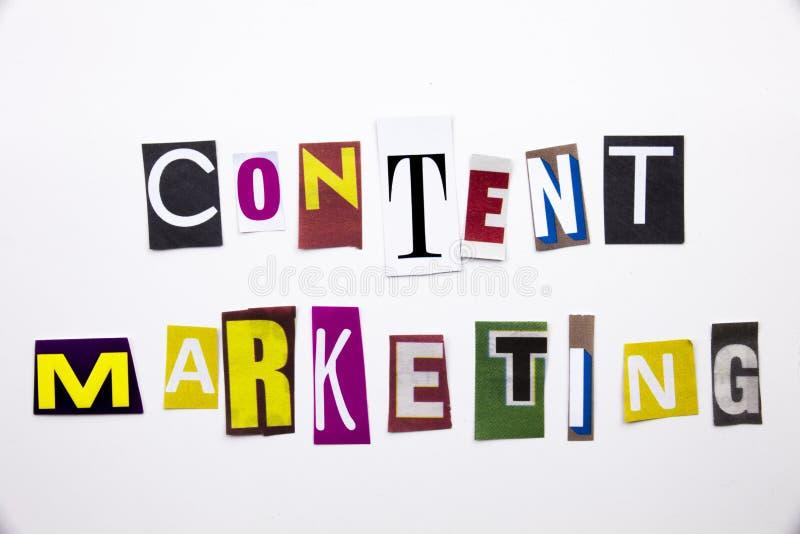 Текст сочинительства слова показывая концепцию содержимого маркетинга сделанную различного письма газеты кассеты в случай дела на стоковые изображения