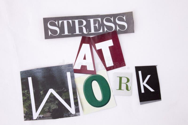 Текст сочинительства слова показывая концепцию стресса на работе сделанной различного письма газеты кассеты для концепции дела на стоковое изображение