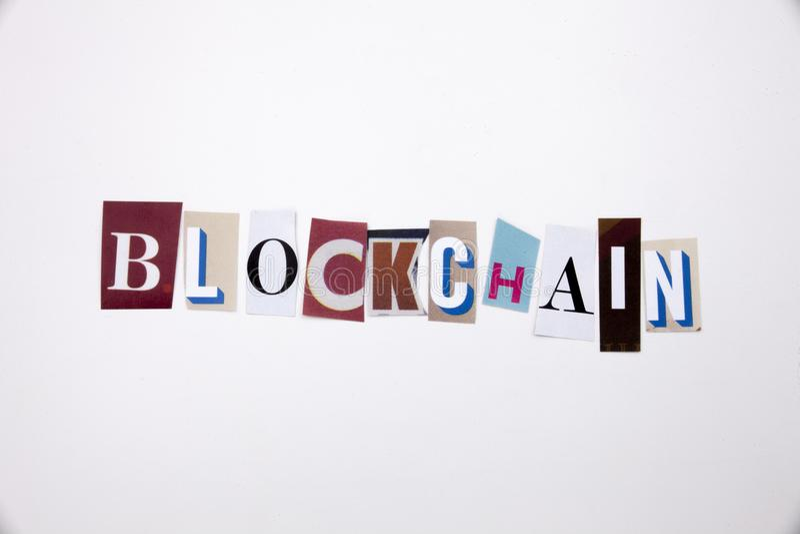 Текст сочинительства слова показывая концепцию BLOCKCHAIN сделанного различного письма газеты кассеты в случай дела на белом back стоковые фото