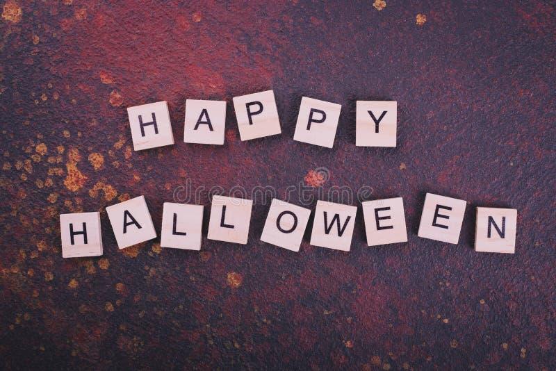 Текст счастливого хеллоуина на темной предпосылке стоковое изображение rf