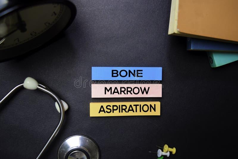 Текст устремленности костного мозга на липких примечаниях Взгляд сверху изолированный на черной предпосылке Здравоохранение/медиц стоковая фотография rf