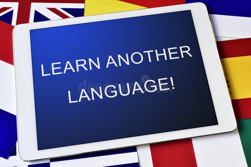 Текст учит другой язык в планшете стоковые фотографии rf