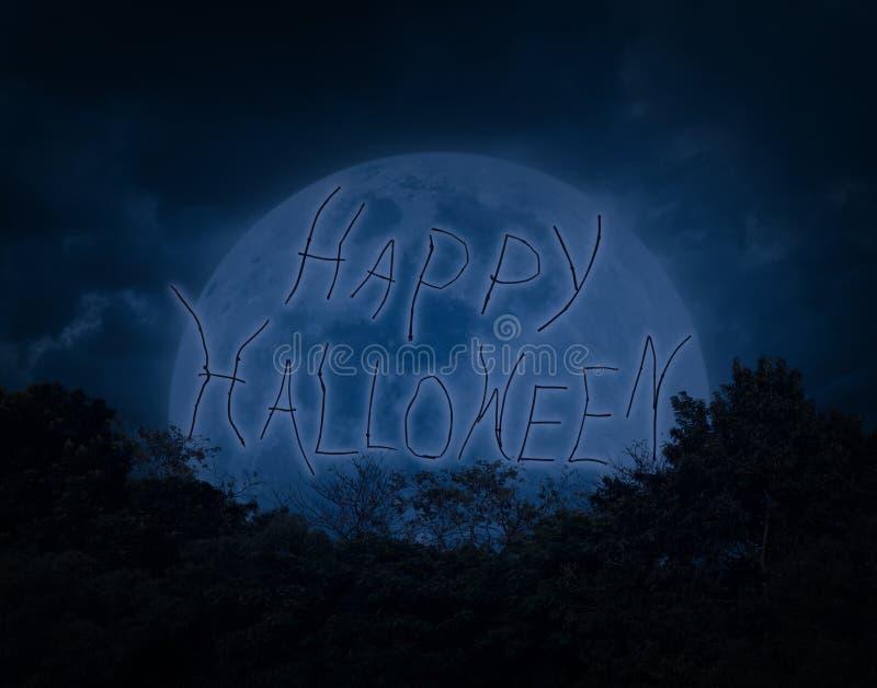 Текст хеллоуина над деревом с темными небом и луной стоковые изображения rf