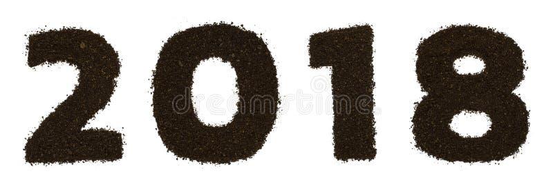 Текст цифра 2018 сделанный из земного грубого изолированного кофе на белой предпосылке Плоское положение, взгляд сверху стоковая фотография