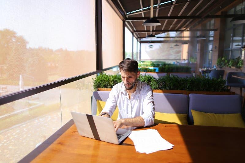 Текст Copywriter печатая на компьтер-книжке на таблице кафа стоковая фотография rf