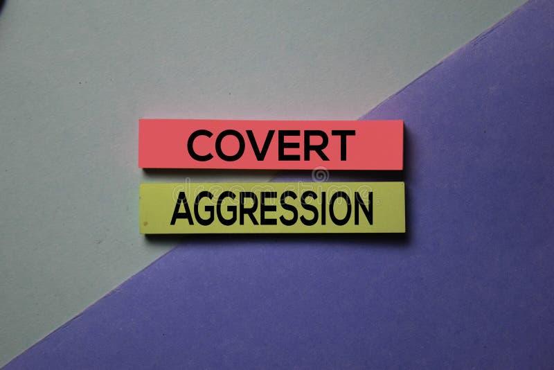 Текст 'Cover Aggression' на липких нотах, изолированных на рабочем столе 'Concept' стоковое изображение rf