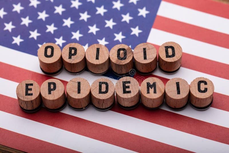 Текст Opioid эпидемический на пробочке над американским флагом стоковые изображения rf