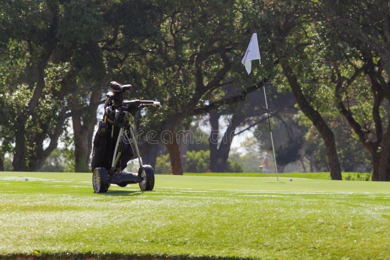 Тележка гольфа солнечная в malaga стоковые изображения rf