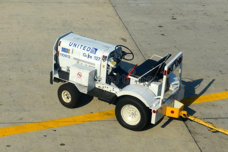 Тележка груза на авиапорте Ньюарка, NJ, США стоковые изображения