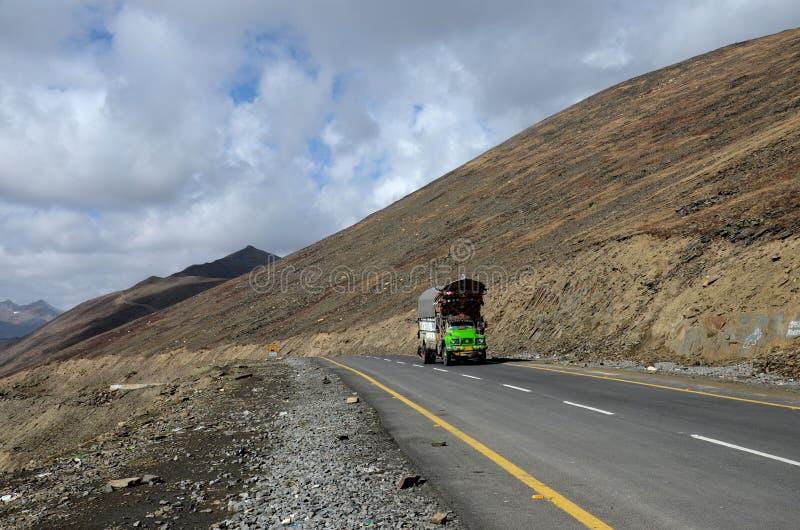 Тележка зеленых товаров на шоссе Karakoram между пропуском Пакистаном Babusar гор стоковое изображение